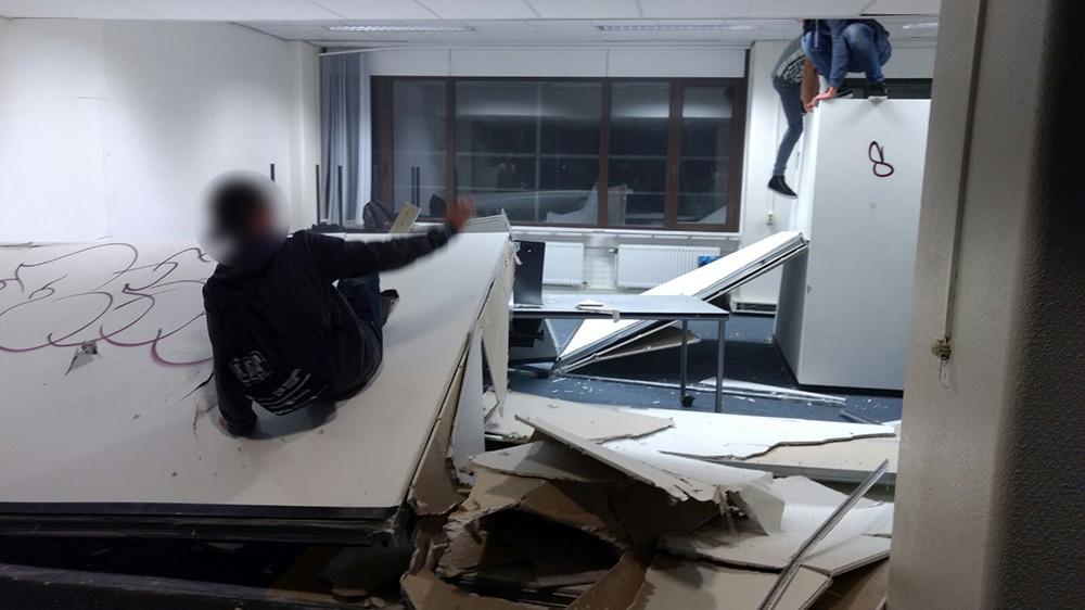 Muren neergehaald, plafondplaten vernield en elektriciteitsdraden losgetrokken van Neijenoord 1