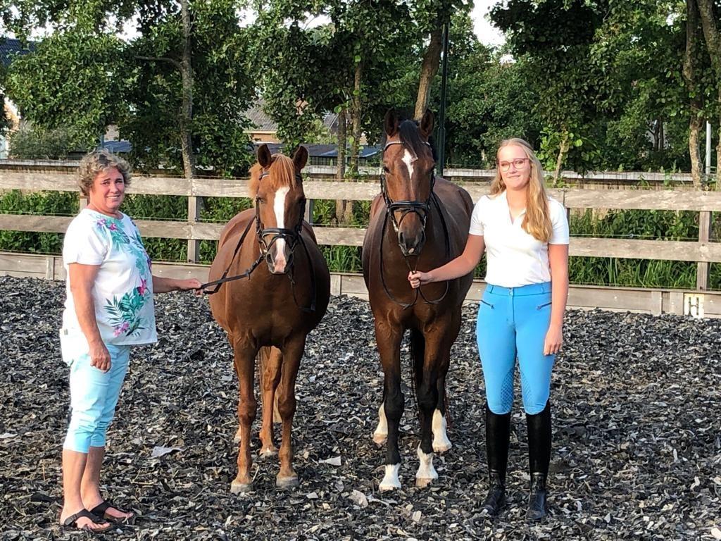 Janneke met haar paard, haar pony en haar moeder